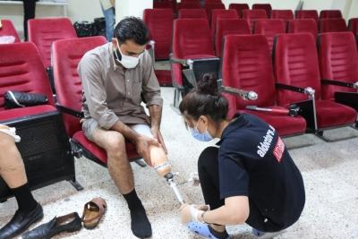 Hastaya protezleri teslim edildi.