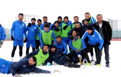 Karaköprü Belediyespor futbolcuların karlı havada Yomraspor hazırlığı;