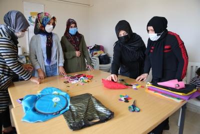 Kırmızı kurdele projesi ile kadınlar okuma yazma öğreniyor