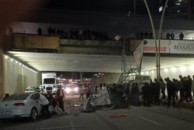 Şanlıurfa Karaköprü ilçesinde çimento yüklü kamyonet köprüden aşağı uçtu.