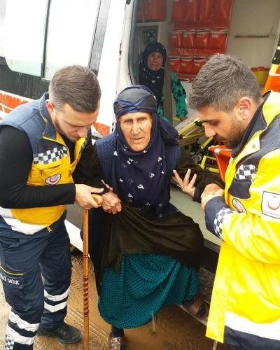 Şanlıurfa'da sandığa kendi imkânlarıyla gidemeyen Hasta ve Engelli vatandaşlar, Ambulans ve Evde Bakım ekiplerince Sandıklara götürülerek oy kullanılması sağlandı.