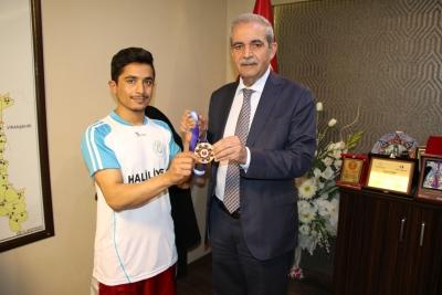 Türkiye Şampiyonları Madalyalarını Başkan Demirkol'a Hediye Etti