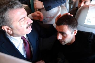 Uçakta fenalaşan yolcuya Sağlık Bakanı müdahale etti